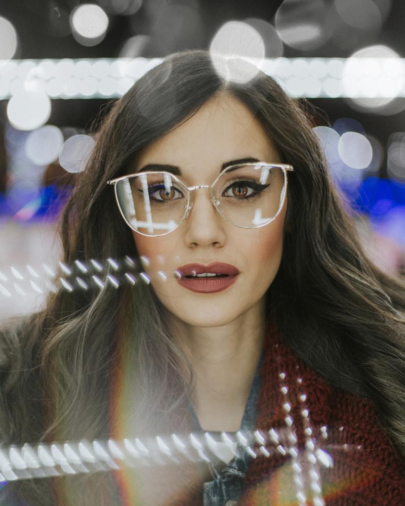 25 ไอเดียท่าโพสโดยใช้เเว่นตาเป็นพร๊อพ