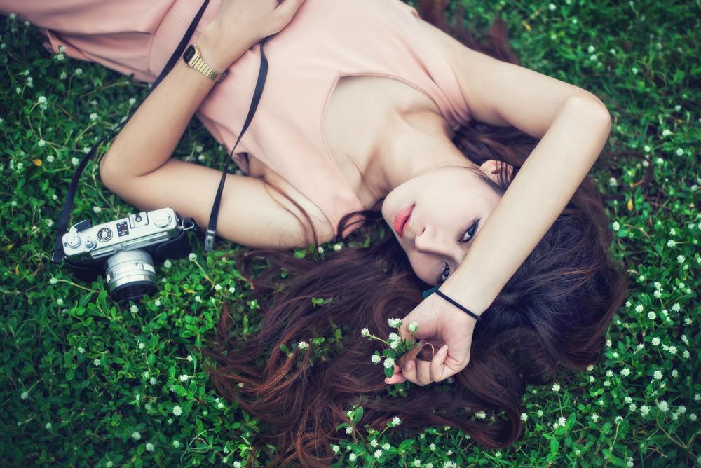 21 ไอเดียท่าโพสสวย ๆ สำหรับผู้หญิงในทุ่งดอกไม้ ไม่ใช่นางแบบก็ทำตามได้
