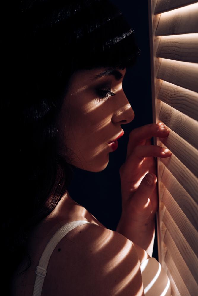 25 ไอเดียถ่ายภาพผู้หญิงกับเเสงเงา shadow stripes
