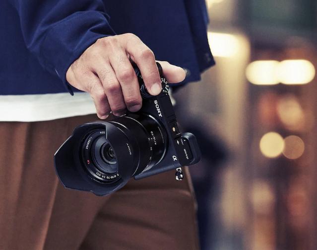 พรีวิว Sony 6400 ก็เป็นอีกหนึ่งกล้องตัวเล็กสเป็กเกินตัวจาก Sony ตระกลู 6000 ซีรี่ย์ ที่หลัง ๆ เน้นกล้องที่สามารถถ่ายได้ดีทั้งภาพนิ่งและวิดีโอ Sony A6400 เป็นกล้องที่ทำได้ตั้งแต่เซลฟี่ ไปจนถึงถ่าย Vlog เพราะเป็นตัวแรกในตระกูล 6000 ซีรี่ย์ ที่สามารถพับจอกลับมาถ่ายตัวเองได้นั่นเอง ถือว่าเป็นกล้องที่มีสมดุลในตัวดีและราคาค่อนข้างโอเคเลยทีเดียวสำหรับใครก็ตามที่จะเริ่มถ่ายภาพนิ่งและวิดีโอแบบจริงจังขึ้นมาหน่อย หรือ Serious hobby ก็สามารถใช้งาน Sony A6400 ได้ครับ